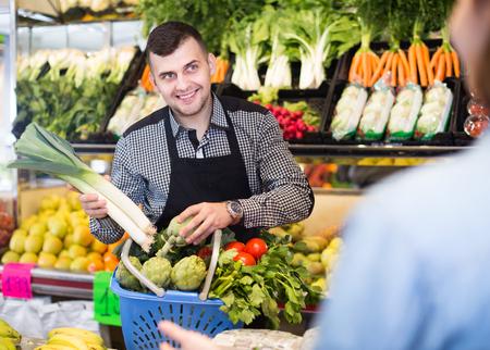 Resultado de imagen para hombre comprando frutas, verduras y hortalizas
