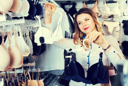 ebf725e962b0 Feliz Cliente Mujer Elegir Lencería Bonita En Tienda De Ropa ...