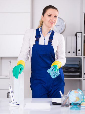 positiv: Portrait of smiling girl cleaning the room with mop