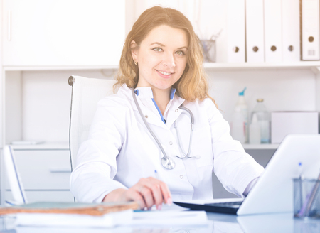 positiv: Portrait of young medical worker in medical Center sitting at the table