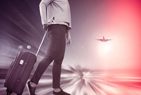 비행기 탑승하기 전에 바퀴 가방을 들고 걷는 소녀 스톡 콘텐츠