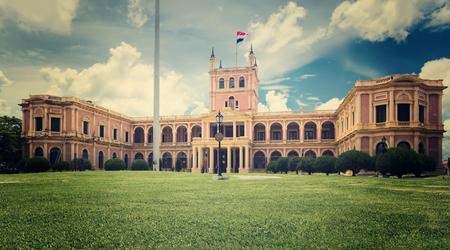 bandera de paraguay: Palacio presidencial y gubernamental histórico de los López en Asunción Editorial