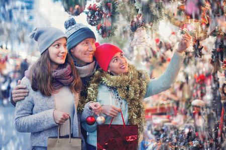 Felice famiglia felice di tre persone nel mercato di Natale. Messa a fuoco selettiva