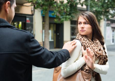 怒っている女性を追いかけて、注目を求めてインドの男を迷惑な