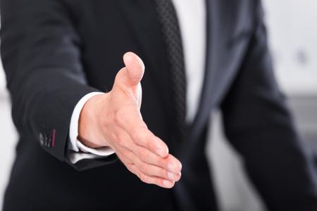 Zakenlieden klaar om handshake te bieden met succesvolle zakelijke samenwerking Stockfoto