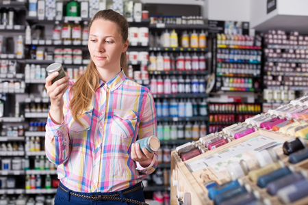 女性ショッピング アート ストアのガラス瓶の色