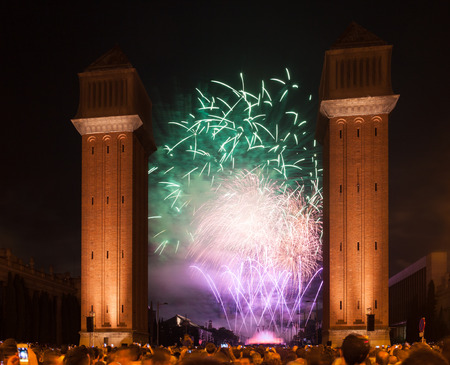 光と音楽をラ マース祭の閉会で表示します。バルセロナ、カタルーニャ
