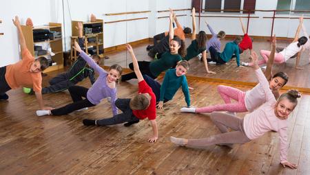 Kleine jongens en meisjes 10s tudying contemp dance in de studio