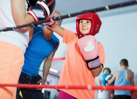 Jugendliche beim Boxen Training mit Trainer auf Boxring Standard-Bild - 81409753