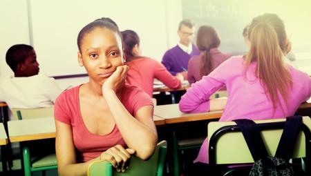 bulling: Estudiante joven expulsado siendo acosado por otros estudiantes en la clase