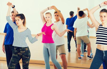 Dansende het paardans van jonge dansers in de hal