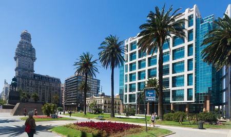 MONTEVIDEO, URUGUAY - 19 DE FEBRERO DE 2017: Plaza central de Plaza Independencia en el centro. Montevideo, Uruguay
