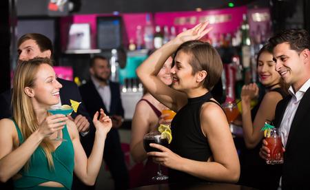 손에 칵테일을 들고 기업 파티에서 춤을 추는 동료 스톡 콘텐츠