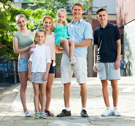 ? Grande famille de six personnes marchant ensemble en été Banque d'images - 84373227