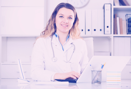 positiv: Portrait of young female medical working in medical center