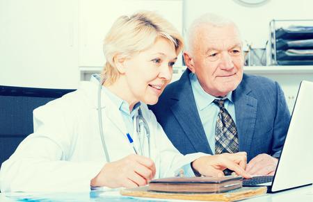Viejo, macho, visitante, consulta, sonriente, anciano, mujer, doctor, hospital