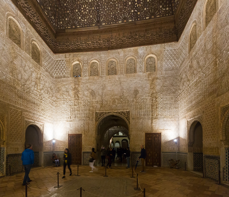 GRANADA, SPANJE - MEI 12, 2016: Zaal van de Ambassadors (Salon DE los Embajadores) Koninklijke complex van Alhambra. Granada, Spanje
