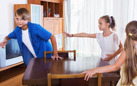 タグ付けまたはそれらに触れる他の子供たちを追いかけて幸せな子を笑ってください。