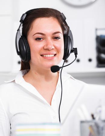 Glimlachende vrouw werknemer effectief werken op call-center