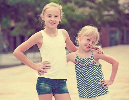 playmates: Retrato de dos compañeros de juego de niñas al aire libre en día de verano Foto de archivo