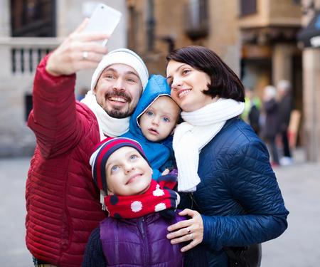 Papa et maman avec leurs enfants se joignant ensemble Banque d'images - 84106962