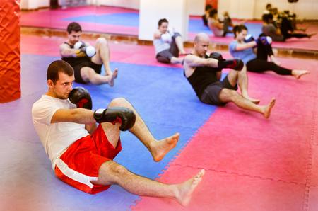 diligente: Retrato de diligentes mujeres agradables y machos entrenando en guantes de boxeo Foto de archivo