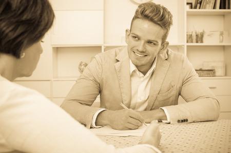 Hombre hermoso joven mujer ofrece buen negocio