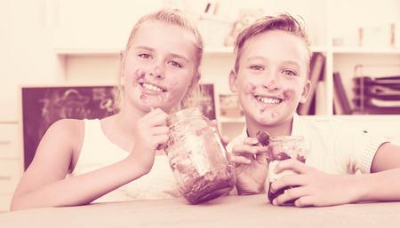 Portrait de s ? ur avec frère qui mangent confiture à déjeuner déjeuner à la maison Banque d'images - 84510130