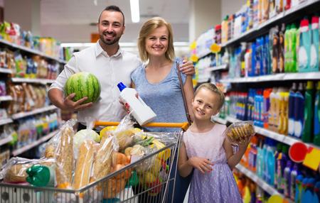 슈퍼마켓에서 장바구니 가득 웃는 미국 가족의 초상화