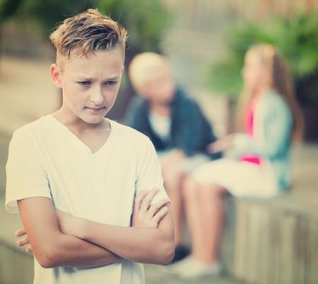 playmates: Niño molesto ofendido después de la pelea con compañeros de juegos afuera