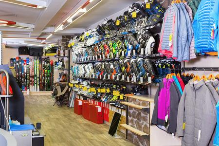 Afbeelding van sport winkel met apparatuur om te skiën.