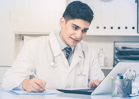 Trabajador médico está haciendo el informe sobre los pacientes en el hospital.