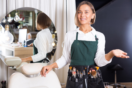 maquillage: Portrait of adult woman makeup artist standing in the salon