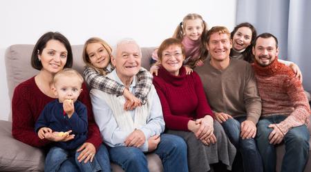 famille ordinaire faire de nombreuses photos pendant le temps de la famille se soucier sur l & # 39 ; homme âgé Banque d'images