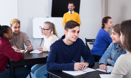 onderwijs: Students are having group exercises in school. Stockfoto