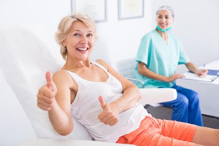 Paziente femminile sorridente soddisfatto dopo la procedura in clinica odontoiatrica Archivio Fotografico - 88026386