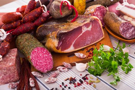 Toutes sortes de saucisses, viandes et hachis avec des herbes sur la table