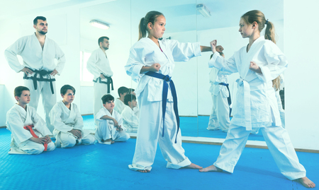 Los niños están intentando entrenar para usar nuevos movimientos en la clase de karate.