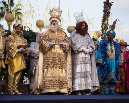 BARCELONA, ESPAÑA - 5 DE ENERO DE 2017: Tres magos Melchor, Baltasar y Gaspar saludan a los residentes de Barcelona. Barcelona, ??Cataluña Editorial