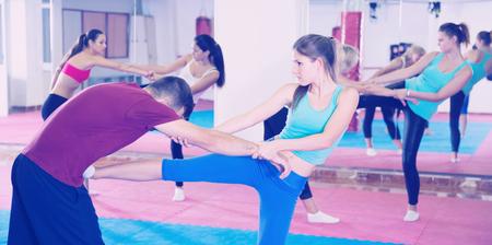 Het meisje traint dozenvechter in paar met bus in sportieve gymnastiek