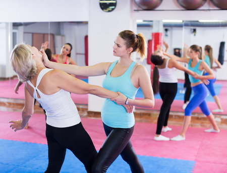 Vrouw traint zelfverdediging in paren in een sportschool Stockfoto