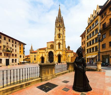 OVIEDO, ESPANHA - 2 DE JULHO DE 2015: Catedral de San Salvador (fundado em 781 AC), e a estátua de La Regenta. Oviedo