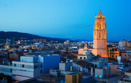 Vista panoramica della città con la cattedrale in serata a Reus Archivio Fotografico - 90142270