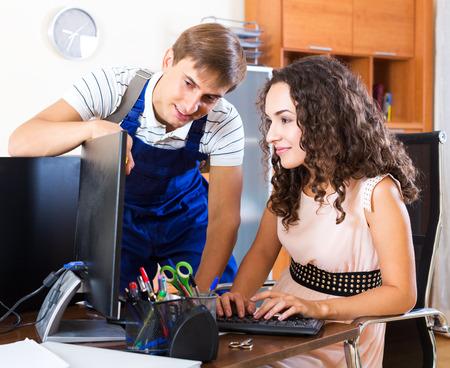 Mannelijke technische ondersteuning ingenieur doet storing diagnose van clientcomputer Stockfoto