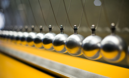 Line of metallic globes for Cartesian impulse conservation law experiment Imagens