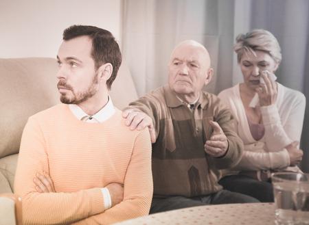高齢の両親が自宅で大人の息子と口論