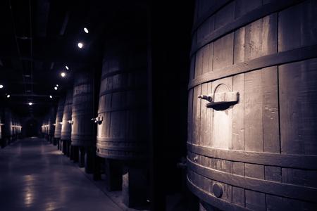 큰 배럴과 오래된 와이너리의 빈티지 사진 스톡 콘텐츠