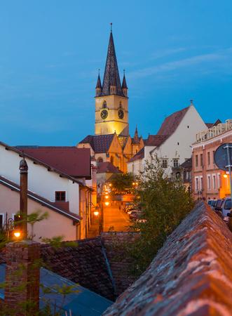 ルーマニアの大聖堂の景色を望むシビウの街並み。
