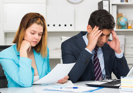 Frustrated business team working with computer in modern office 免版税图像 - 94046912