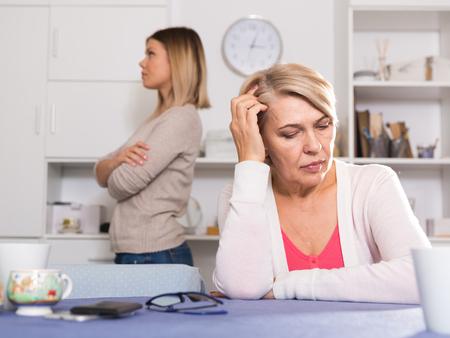 高齢の母親と彼女の大人の娘の間の強いけんか